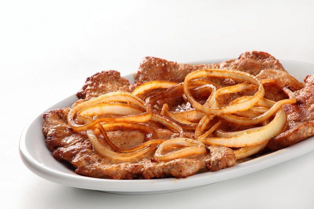 Acebolado bife brazilian food